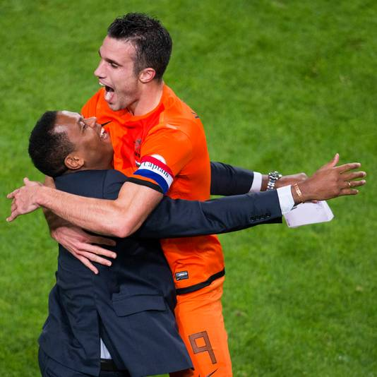 Robin van Persie lost Patrick Kluivert af als topscorer aller tijden van Oranje.