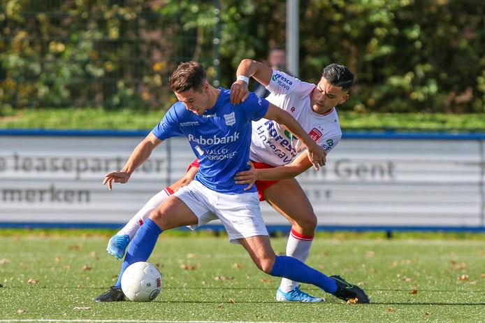 Mart de Jong vecht voor GVVV en duel uit met Sabir Achefay van Noordwijk