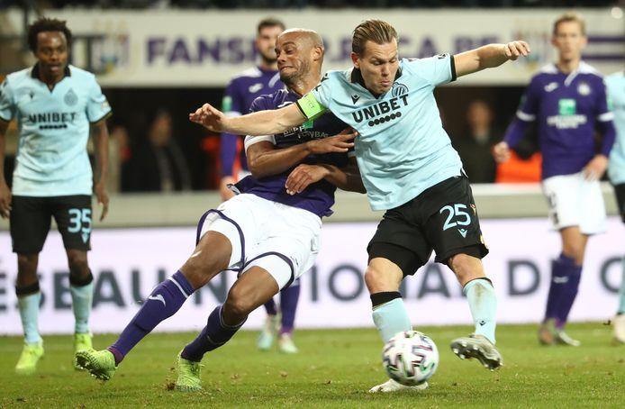 Vincent Kompany probeert Ruud Vormer te hinderen.