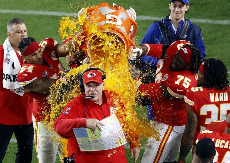 De coach van de Kansas City Chiefs krijgt gatorade over zich heen gegooid door zijn spelers.  Beeld null