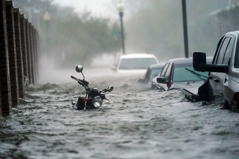 Het water loopt door de straten in Pensacola. Beeld AP