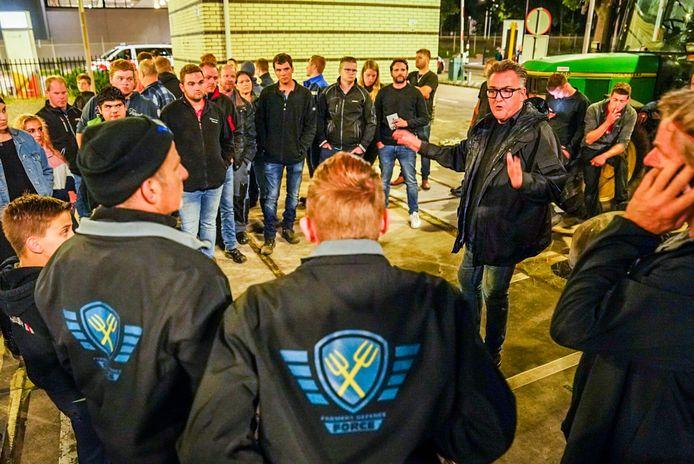 John van den Oetelaar (hoofdredacteur Eindhovens Dagblad) in gesprek met de boeren.