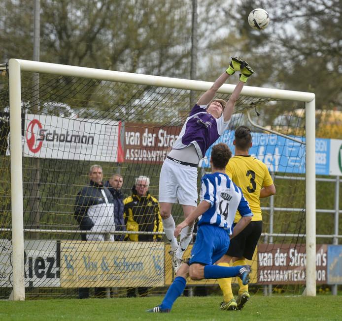 Wilhelmina'26-keeper Mitchell Kerkwijk voorkomt een doelpunt van Almkerk.