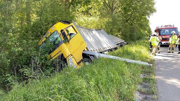 De bestuurder moest door de hulpdiensten uit z'n cabine worden geholpen.