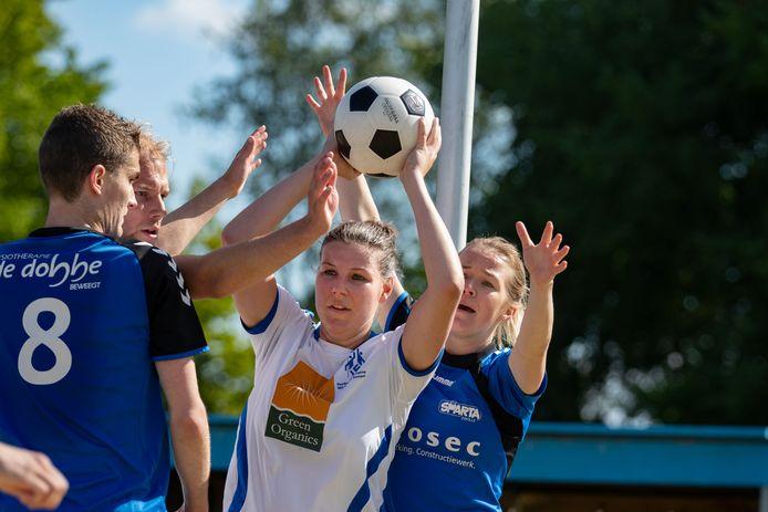 Wit-Blauw (op de foto Krista Fixe) en Sparta Zwolle staan er goed voor in de overgangsklasse.