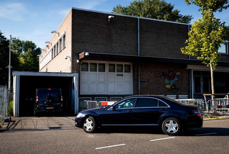 Een konvooi met auto's arriveert bij de extra beveiligde gerechtsbunker in Amsterdam-Osdorp. Beeld Hollandse Hoogte /  ANP