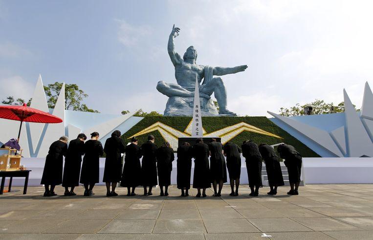 Vrouwen bidden bij het Vredesbeeld voor de slachtoffers van de atoombom op Nagasaki, vanochtend om 11.02 uur lokale tijd precies 70 jaar geleden.