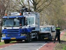 Bedrijfsbusje knalt op vrachtwagen bij Schoonheten