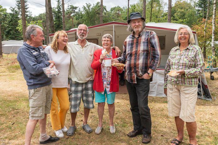 Gerrit en Rie Jans voor hun caravan met hun weldoeners Theo Hoogeboom en Harma Claassen (links) en Eddy en Aaltje Brinkman (rechts), nadat ze ruim 500 euro en barbecuevlees hebben gekregen.