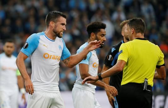 Kevin Strootman beklaagt zich bij de scheidsrechter in de verloren thuiswedstrijd tegen Lazio (1-3).
