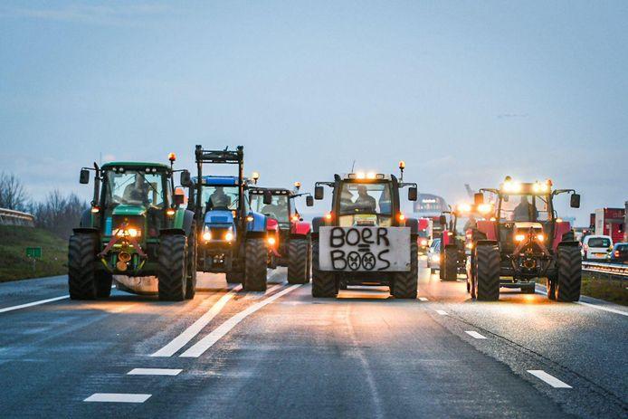 Enkele boeren zijn vanuit Heerenveen onderweg naar Steenwijk.