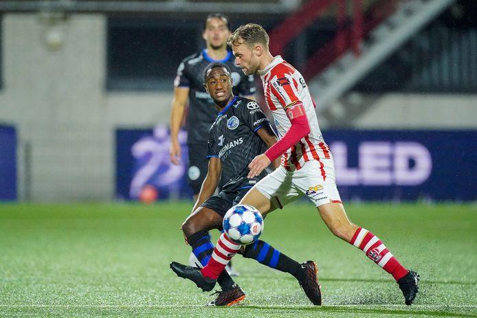 TOP Oss-aanvoerder Rick Stuy van den Herik (rechts) in duel met Kevin Felida van FC Den Bosch.