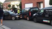 Bestuurder onder invloed botst tegen geparkeerde voertuigen