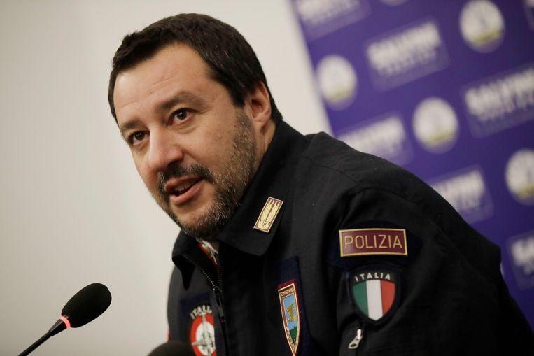 Salvini in een politie-uniform tijdens een persconferentie in december in Milan. Beeld null