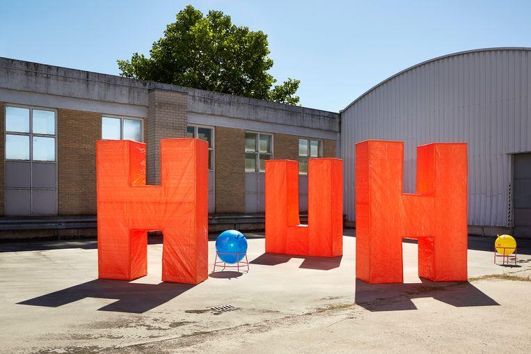 Reuzenletters spellen de uitroep 'Huh'. Beeld Pauline Wiersema
