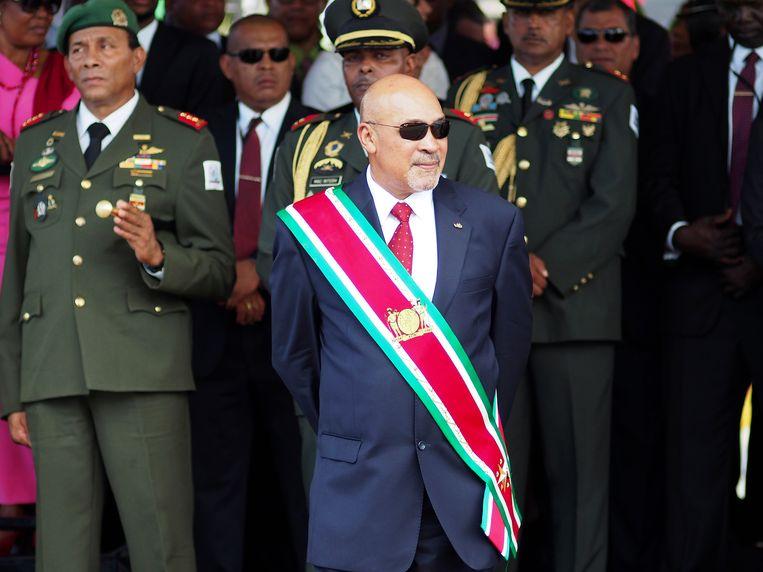 President Bouterse  observeert een militaire parade in Paramaribo. Beeld AP