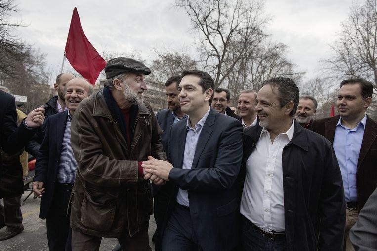 Syriza-voorman Tsipras op campagne in Trikala. Mannen roemen zijn politieke kunde. Beeld Daniel Rosenthal / de Volkskrant
