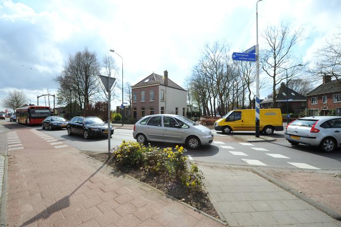 Drukte op de kruising Hazeldonkse Zandweg-Prins Hendrikstraat in Zevenbergen.