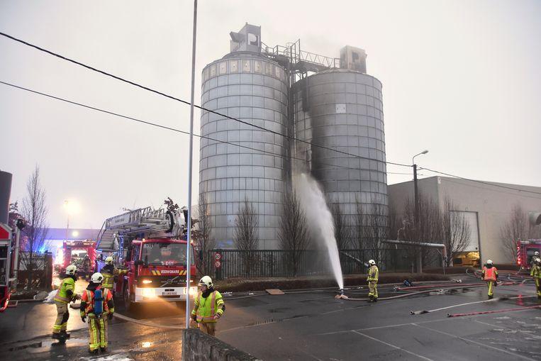 Vier werknemers van een ruimbedrijf uit Oostrozebeke raakten gewond bij de hevige brand bij het ramen- en deurenbedrijf Pouleyn.