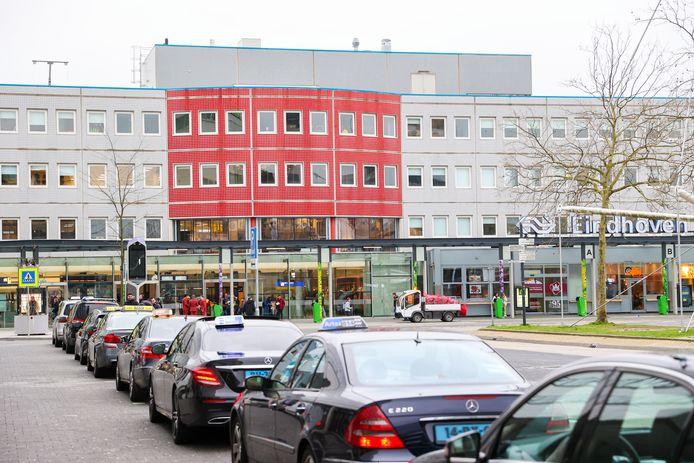 Wachtende taxi's bij station Eindhoven.