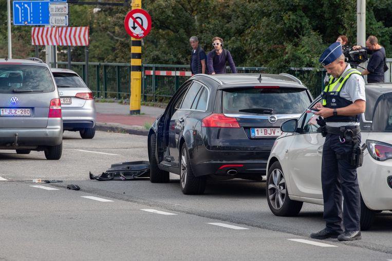 Het slachtoffer kwam onder de wagen terecht van de chauffeur die wegvluchtte. Het portier van de auto van het slachtoffer werd afgerukt.