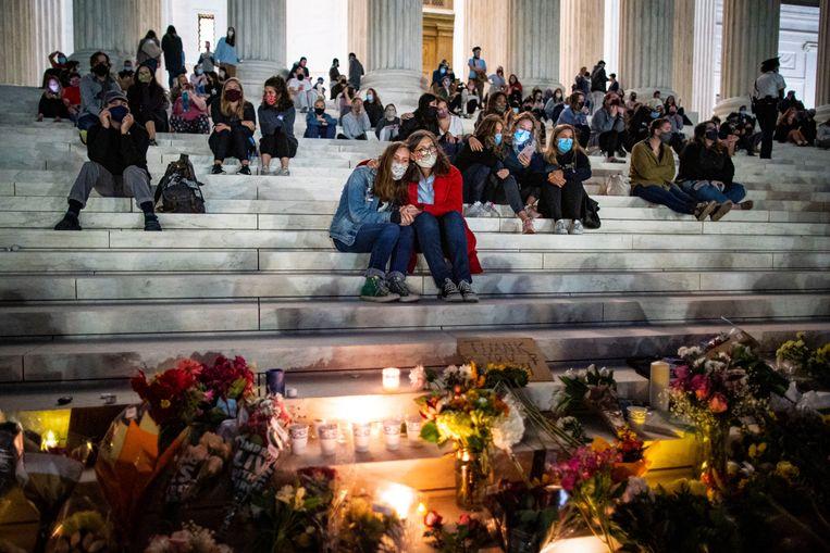 Bij het Amerikaanse hooggerechtshof hebben mensen na de dood van rechter Ruth Bader Ginsburg een herdenkingsplaats ingericht. Beeld Reuters
