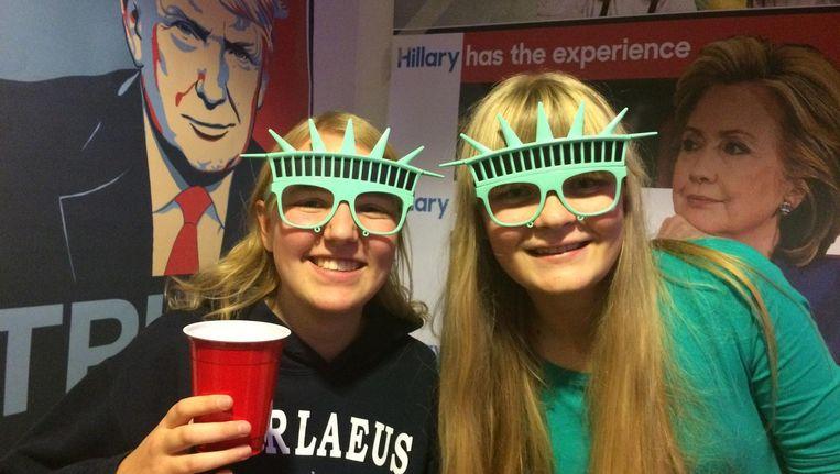 Emma (17) en Karien (17) volgen de verkiezingen op het Barlaeus Gymnasium Beeld Laura Obdeijn