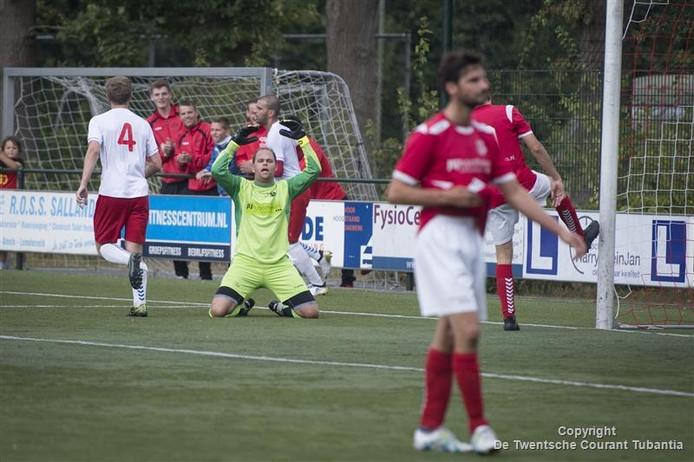 Frustratie bij Dennis Wijnberg na wéér een tegentreffer. De doelman stopte tegen Go Ahead Kampen weliswaar een penalty, in totaal moest hij de bal zes keer uit het net rapen.