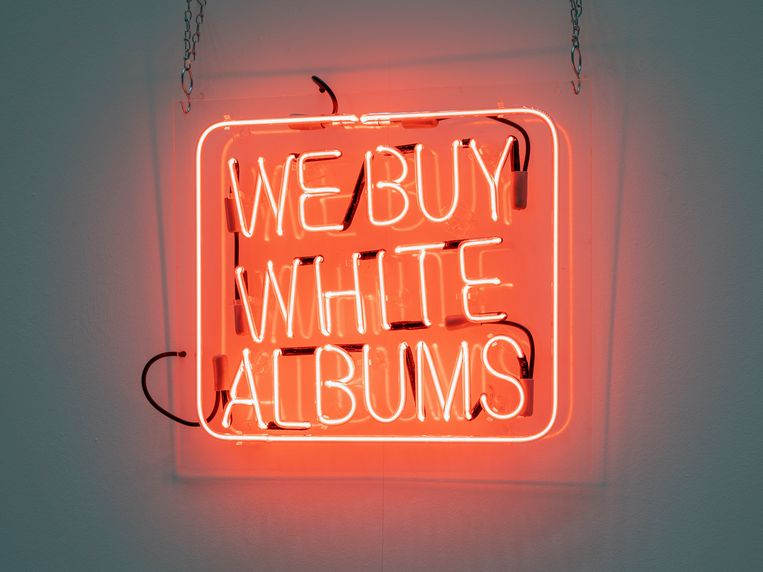 Rutherford Chang, We Buy White Albums.  Beeld Rutherford Chang