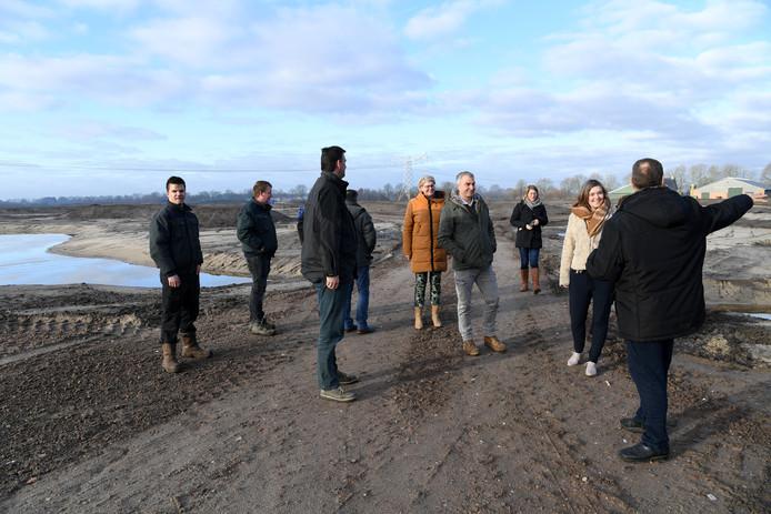 Recreatieboerderij Pukkemuk gaat uitbreiden met zestig vakantiehuisjes aan de Fazantenweg. De Dongense wethouder Eline van Boxtel (tweede van rechts) nam een kijkje.
