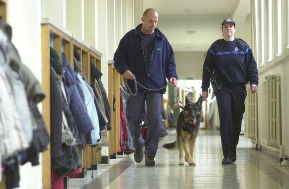 De politie controleert of er geen drugs op school is.