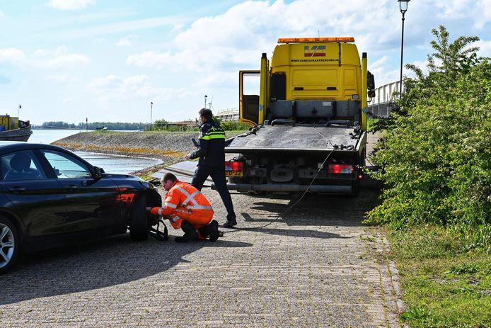 Een auto is aan de kant in beslag genomen door de politie.