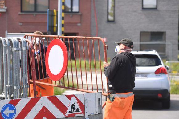 Ook de gemeentewerkers droegen beschermende maskers.