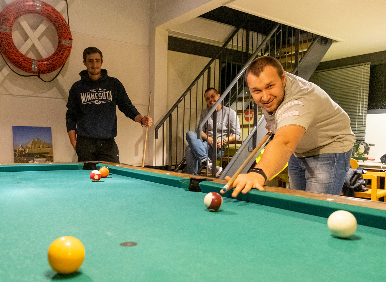 Igor, Dmitri en Denis (vlnr) kunnen even ontspannen in het zeemanshuis van Mission to Seafarers in Vlissingen.