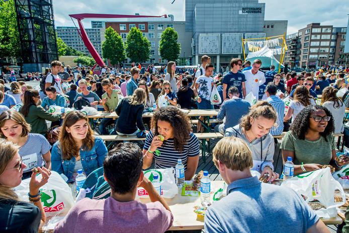 Lunch op het Schouwburgplein tijdens de Eurekaweek van vorig jaar.