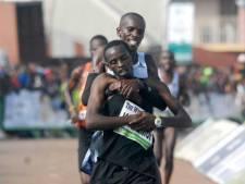 Un athlète kényan sacrifie sa course pour venir en aide à un adversaire en détresse