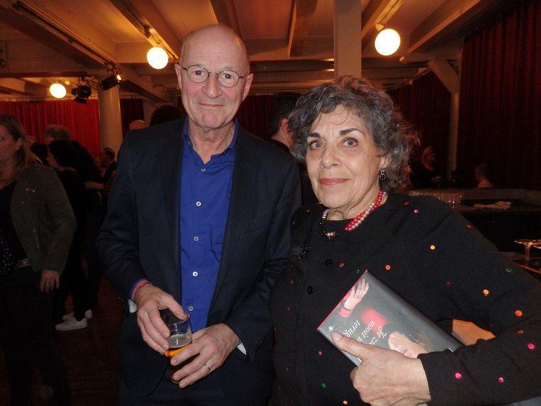 Presentator Hanneke Groenteman moest na het lezen met doorgelopen mascara naar de opera. Hier met collega Kees Driehuis. 'Mijn klaverjasmaatje' Beeld Schuim