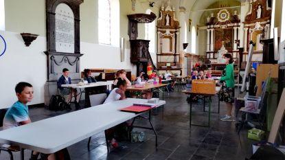 Gewijde stilte in de klas: vierdejaars van De Bloesem krijgen les in de kerk