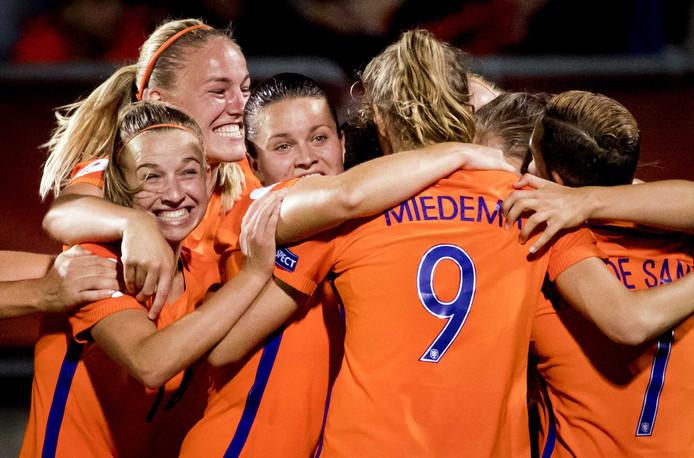 Lieke Martens van het Nederlands elftal viert haar 1-2 met haar ploeggenoten tijdens de wedstrijd tegen België in de kwartfinale van het EK in Nederland.