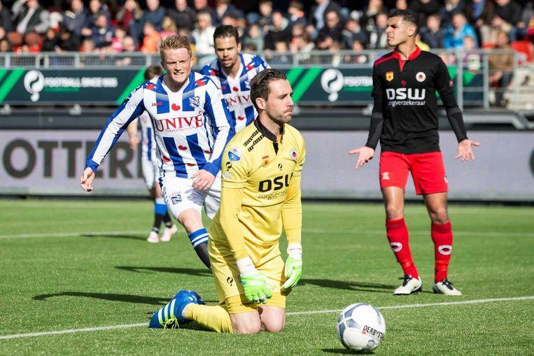 Doelman Tom Muyters (Excelsior) baalt na het doelpunt van Sam Larsson (Heerenveen). Beeld anp