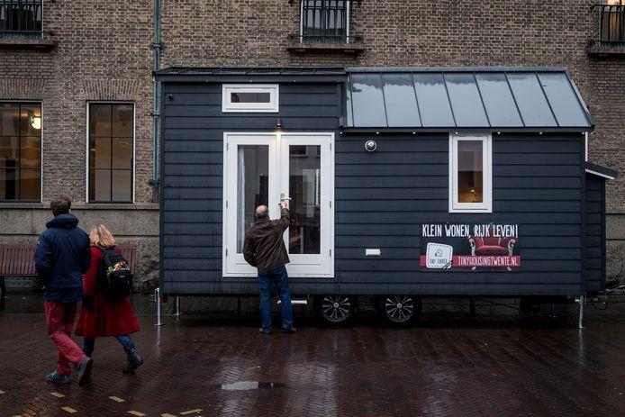 Een 'tiny house' op een manifestatie in Twente. Het idee kan bruikbaar zijn voor een flexibeler woningmarkt in de Achterhoek.