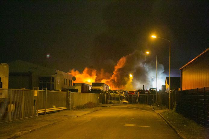 Vanaf het terrein komen grote rookwolken omhoog, ook zijn er meerdere explosies gehoord.