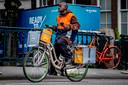 Een postbezorger van PostNL in volle actie