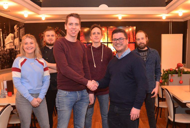 Samuel De Block stelt Floris Van Wayenberge voor als de nieuwe eigenaar van Taverne Idefix.
