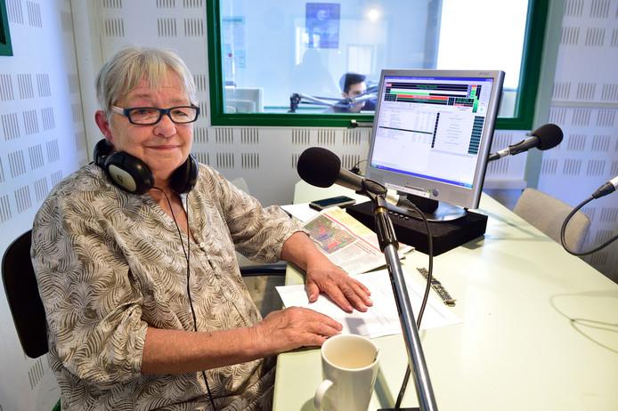 Trudie Scherpenzeel, in de studio van de omroep Midland FM, stopt na 15 jaar met haar programma.