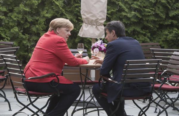 **Europese leiders op dringend verzoek van Merkel zondag bijeen voor spoedberaad**