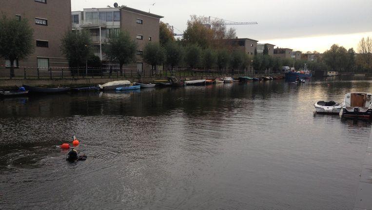 De duikers in de Oostenburgervaart Beeld Het Parool