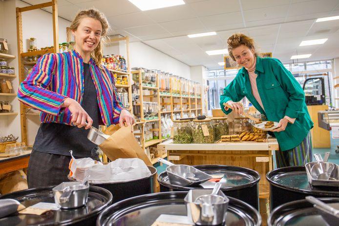 Floor Hofman (links) en Linde van der Knaap van verpakkingsloze supermarkt De Gieterij in Wageningen.