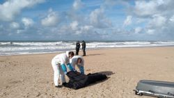 Uitgeput kind op Spaans strand is enige overlevende van opblaasboot
