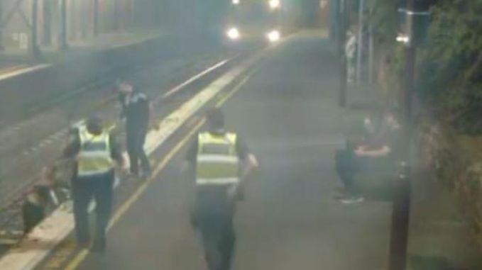 Schokkende beelden tonen waarom je nooit over de sporen mag wandelen in een station
